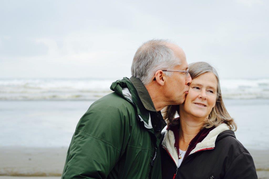 esther-ann-glpYh1cWf0o-unsplash (2) relation ship older happy couple